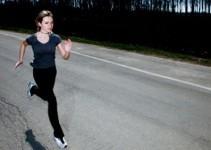 běžící žena po silnici